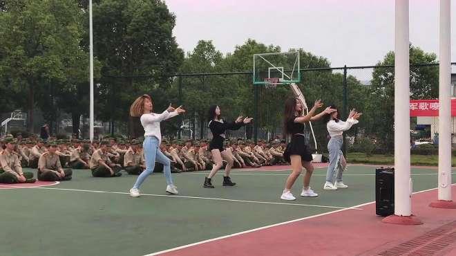 军训休息时,学姐给我们表演的舞蹈,这优美的舞姿,真是赏心悦目