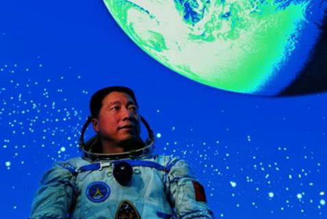 航天英雄杨利伟落地以后,如今的生活好吗?网友看后眼眶湿了