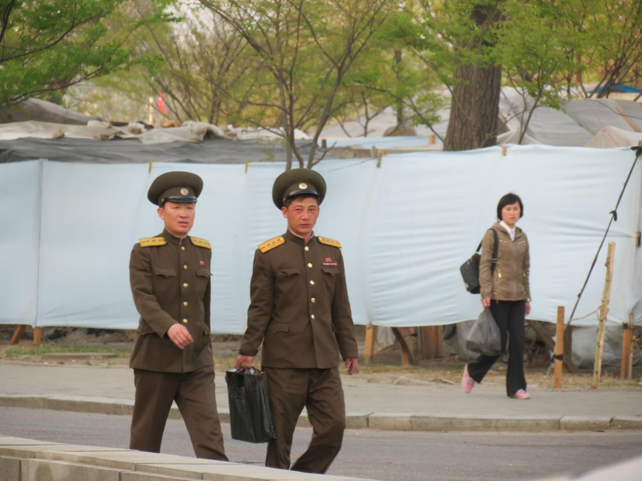 图为朝鲜新义州的街头,两名模样大全的人走在路上.无锡洗浴中心军官攻略图片
