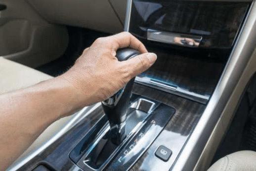 自动挡汽车下坡应该踩刹车挂D挡?老司机:这样做才是最安全的