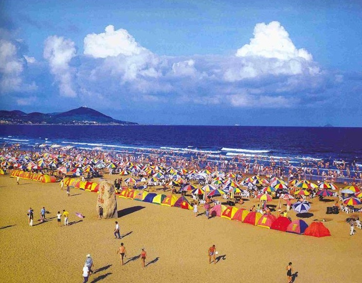 """青岛金沙滩是我国沙质最细,面积最大,风景最美的沙滩,号称""""亚洲第一滩"""