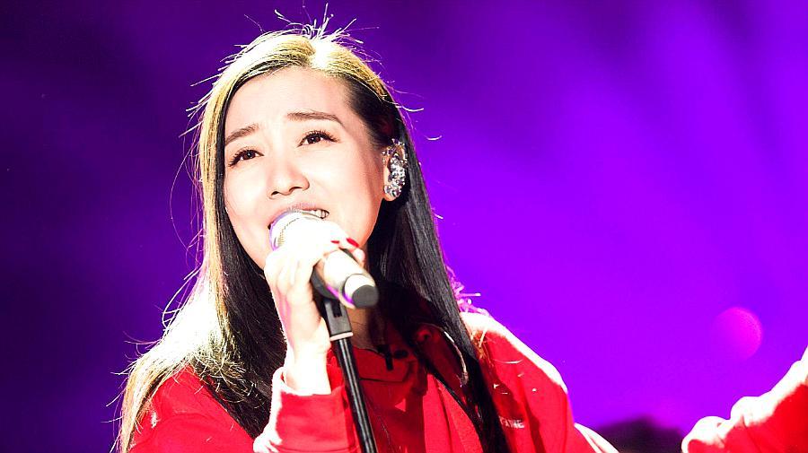 谭晶陶醉演唱《海阔天空 (Live)》,好听不腻!