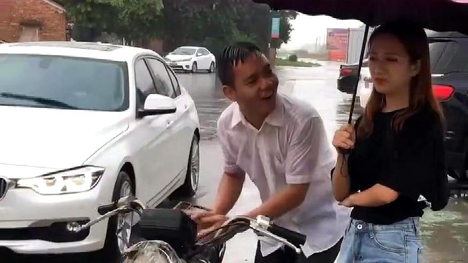 村长相亲骑摩托车就去了,相亲对象转身上了宝马,结局让人唏嘘!