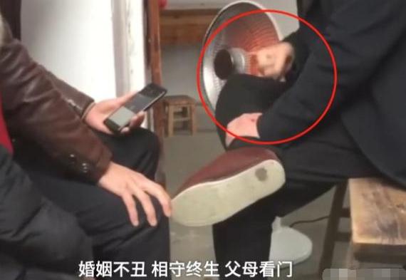 江苏男子敲腿算命,日入万元,知情人:人多拿号堪比医院