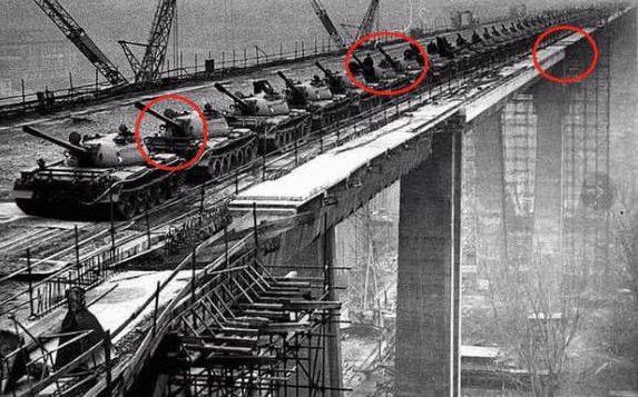 验收长江大桥用118辆坦克,此国模仿中国,结果五分钟亏几十亿