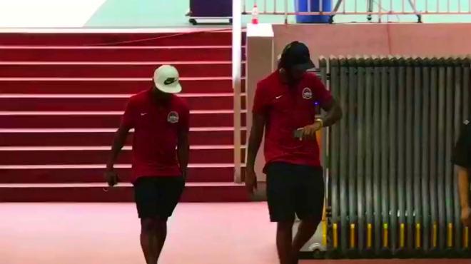 「中超短视频直播」「到达」河南建业的球员到达济南奥体中心