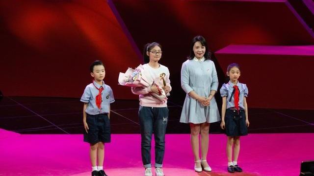 """漯河13岁女孩照顾植物人父亲8年,当选""""感动中原""""年度人物!"""