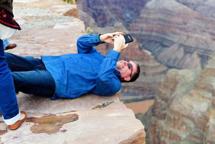 悲剧!中国游客自拍坠崖,惨叫着跌落1000尺深渊,只为一条朋友圈…