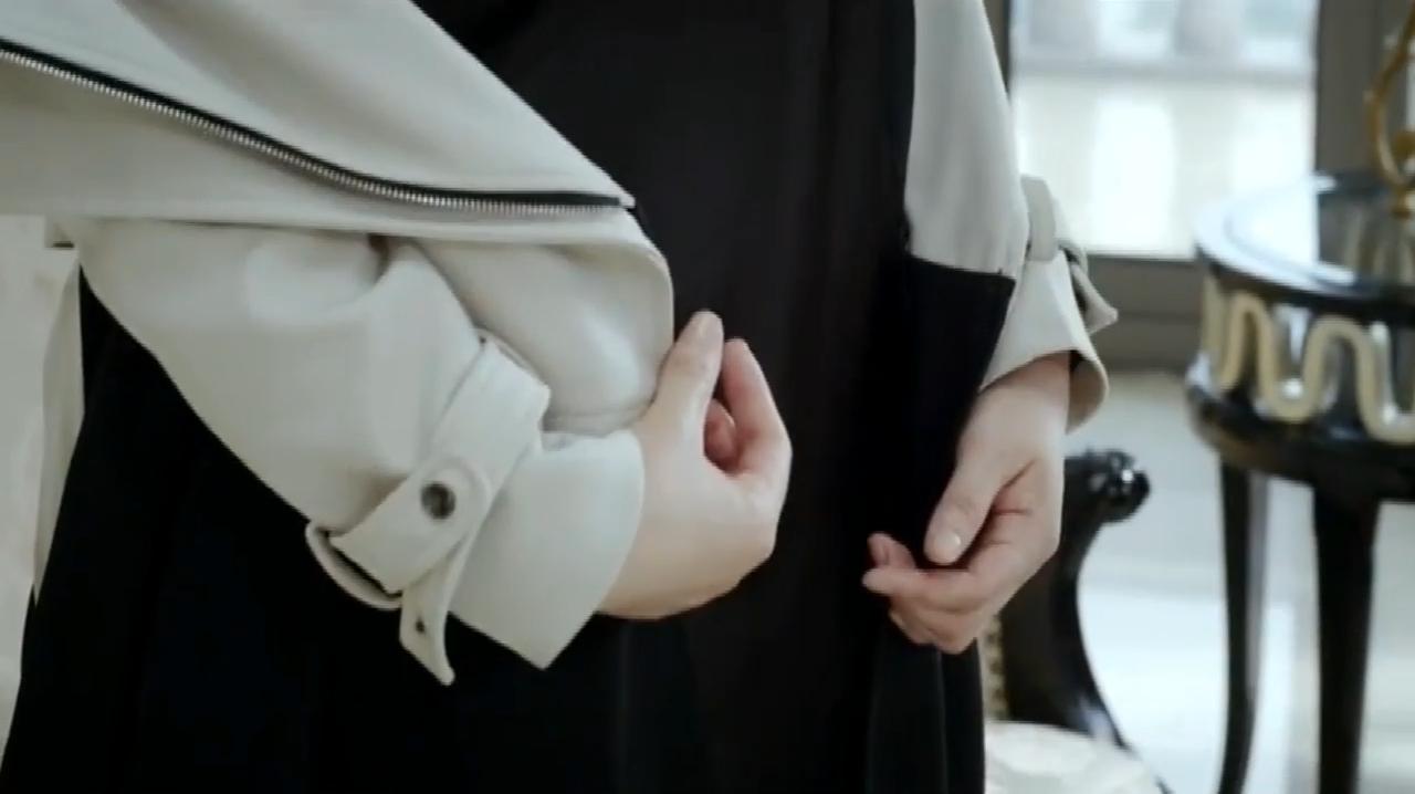 女总裁为了贷款,竟解开自己外套,老总看着她什么要求都答应了!