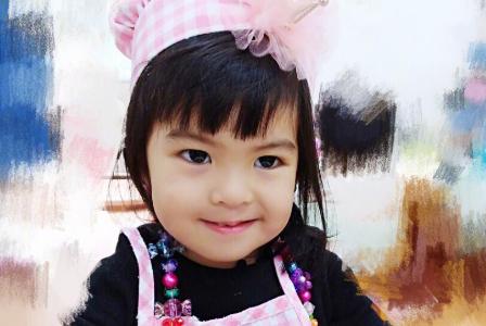 波妞2岁生日亲自做蛋糕,邪魅一笑太可爱,在爸爸怀里笑成小天使