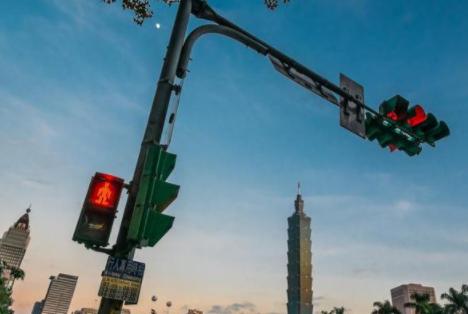 闯了红灯千万不要倒退,交警支招,不扣分也不会被罚款!了解一下