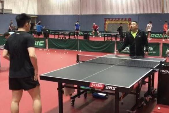 国乒训练,这名王牌队员不时打出好球,刘国梁场边连连鼓掌