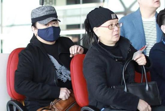 56岁刘欢与妻子罕见同框,染掉白发后状态极佳,27岁女儿颜值超高