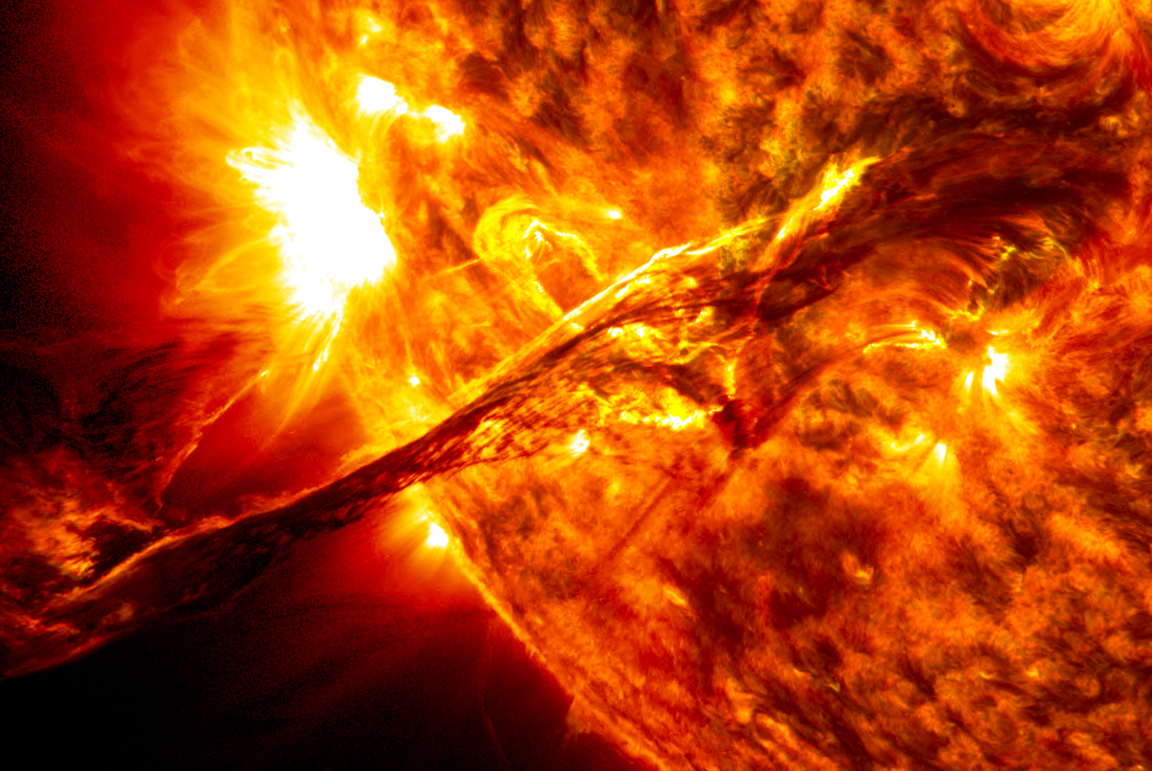 如果地球停止公转坠向太阳,人类还能活多久?