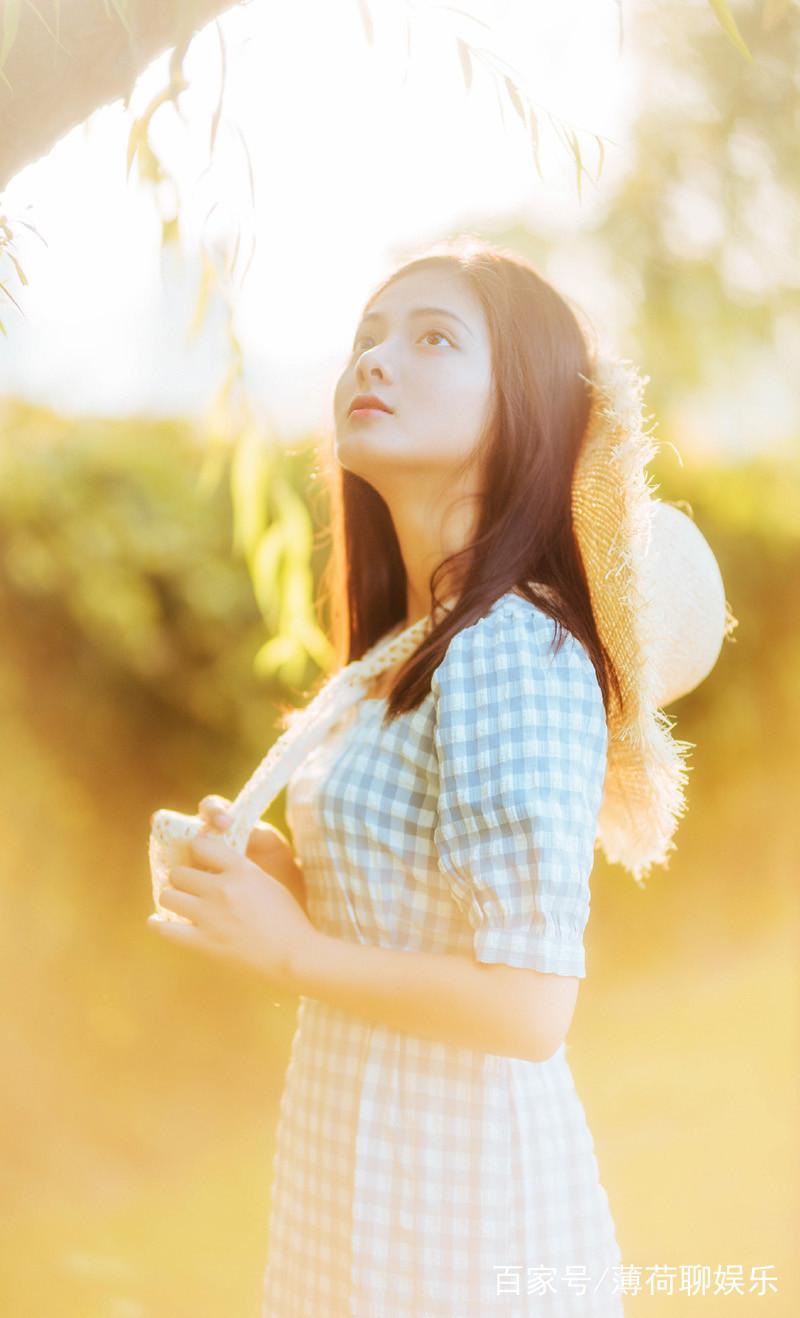柔光灯镜头下的一个唯美青春可爱长发美女