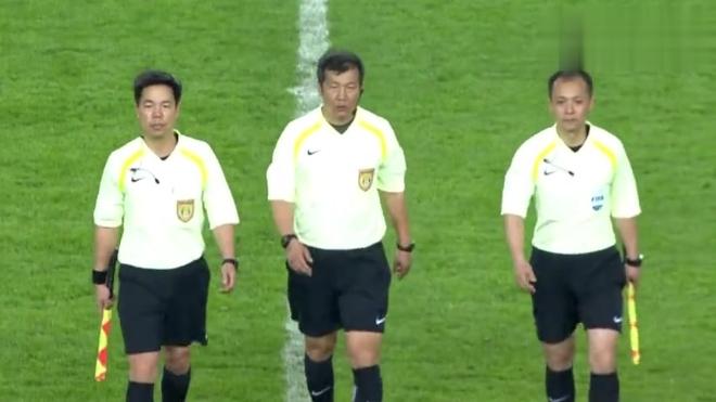 苏宁远征球迷不离不弃 赛后高举围巾为球队打气