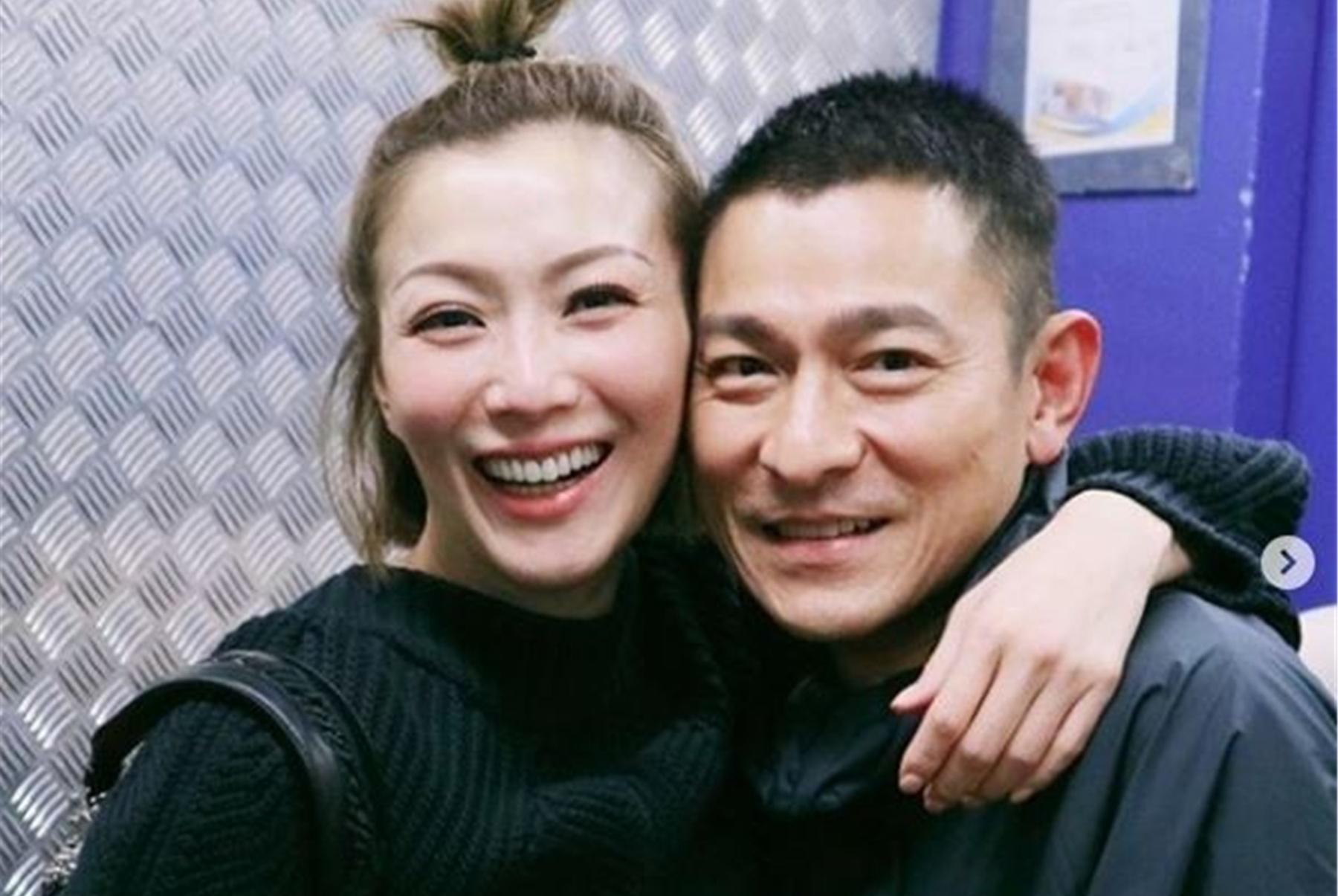 郑秀文电梯偶遇刘德华,笑得合不拢嘴,还发文怀念当年合作的往事