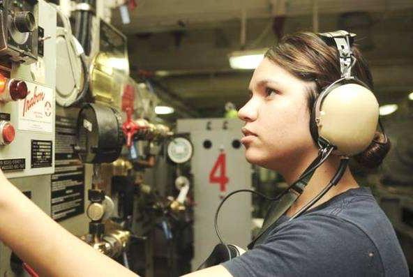 美国为什么每艘航母都配备几百名女兵?男女搭配,干活不累!
