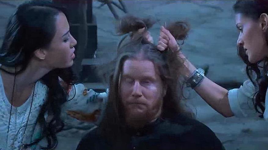 大叔打架抓美女头发,直接惹怒女子,永远不要动女人头发!