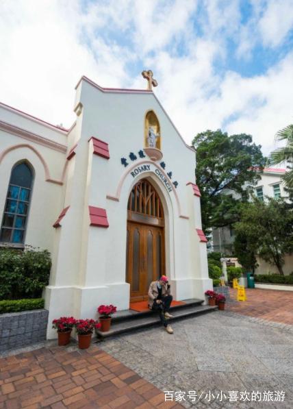 本地很有名的结婚教堂,外观用象牙色陪衬砖红的墙涂建
