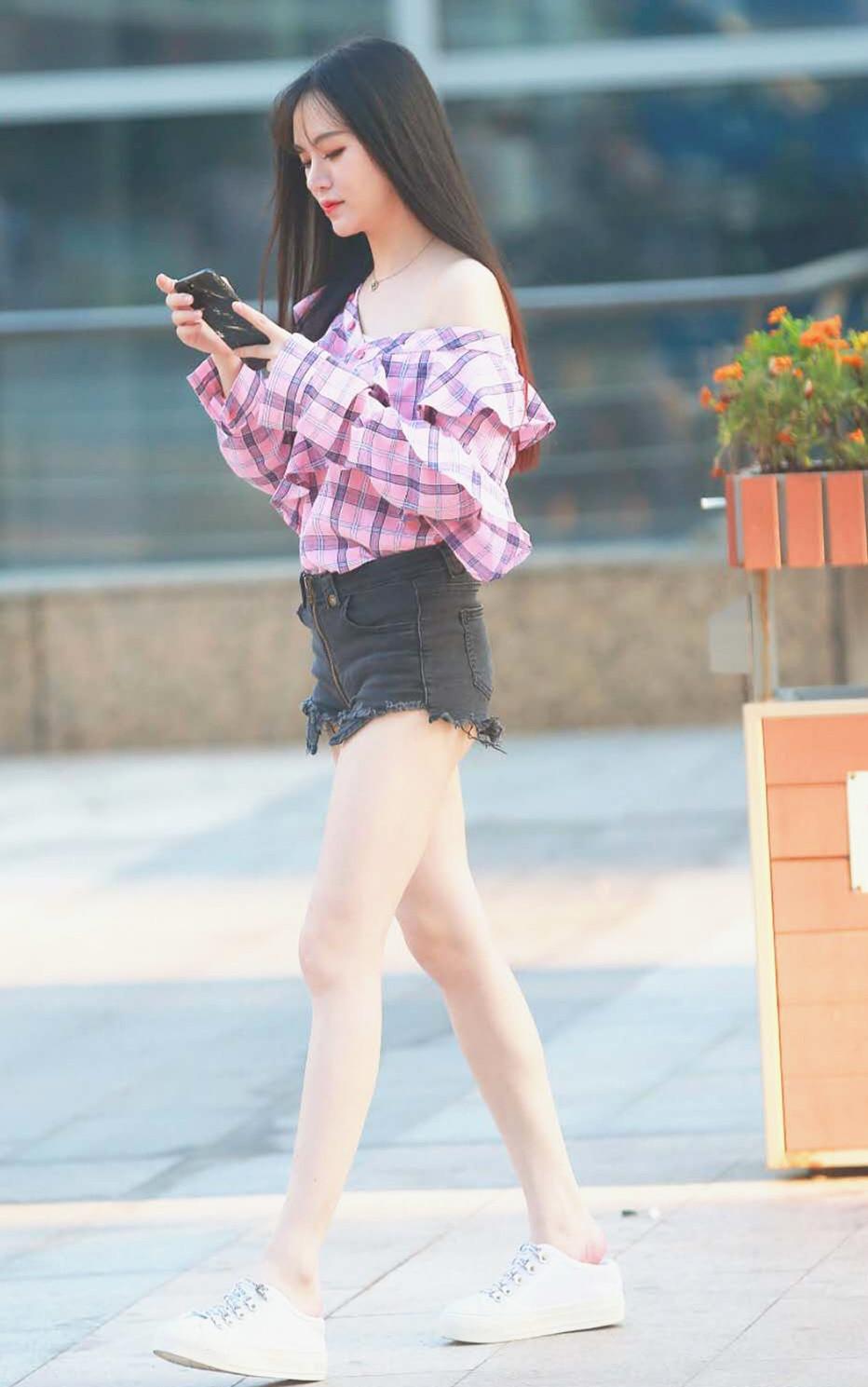 小美女露肩上衣配短裤,纤细大长腿,青春时尚.