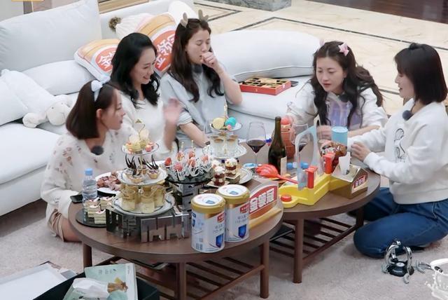 三个女人一台戏也适用于明星?看到袁咏仪对包文婧做的事,太真实