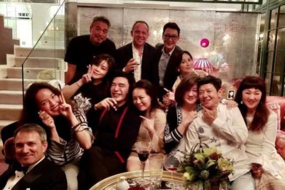 刘嘉玲在自家豪宅开派对,舒淇合照搞怪比V,脸胖了不止一圈