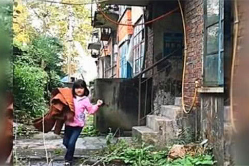 妈妈去世后,5岁女儿每天拿着妈妈衣服外出,爸爸跟踪后泪流满面