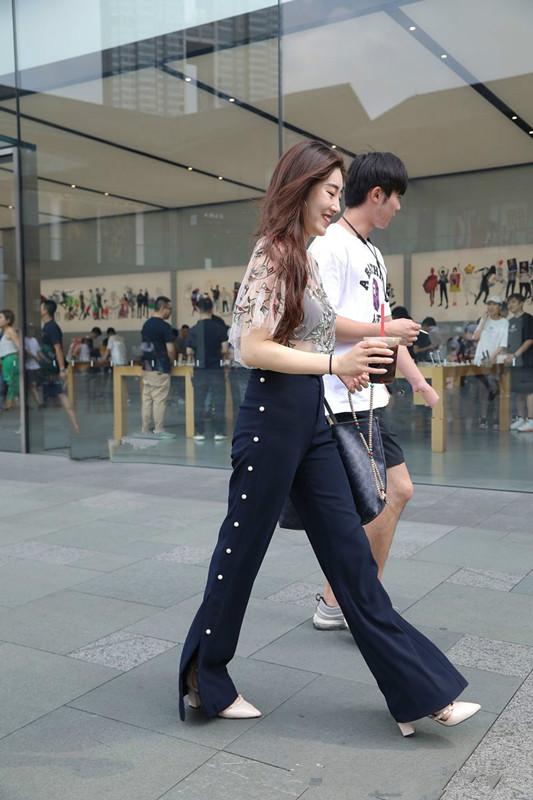 街拍:少女一字肩性感针织衫搭配过膝黑色长靴,简直是