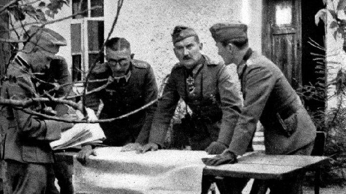 老照片:二战德军上将坐飞机视察,迫降在苏军雷区,阵亡