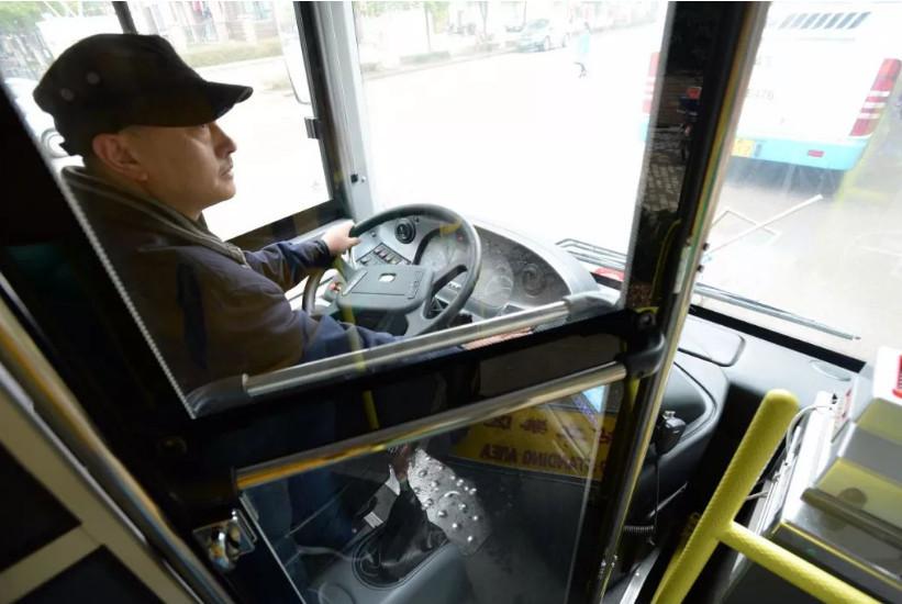 嫌公交等红灯浪费时间,女乘客一阵大骂后抬脚踹司机,网友怒了!