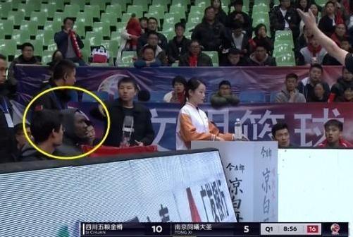 搞笑!CBA赛场,裁判突然中断比赛,对一名球迷吹罚技术犯规