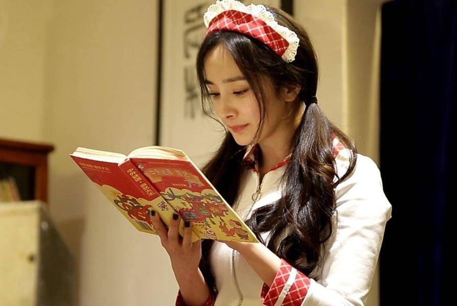 """杨幂现身长沙,扮成""""豆腐西施"""",女仆装俏皮可爱,细腰抢镜"""