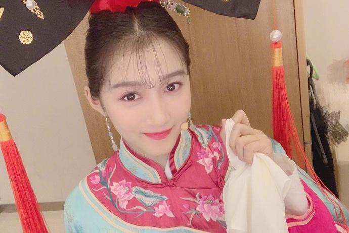 """关晓彤饰演清朝格格""""小燕子"""",面带微笑扮相比赵薇还要甜美"""