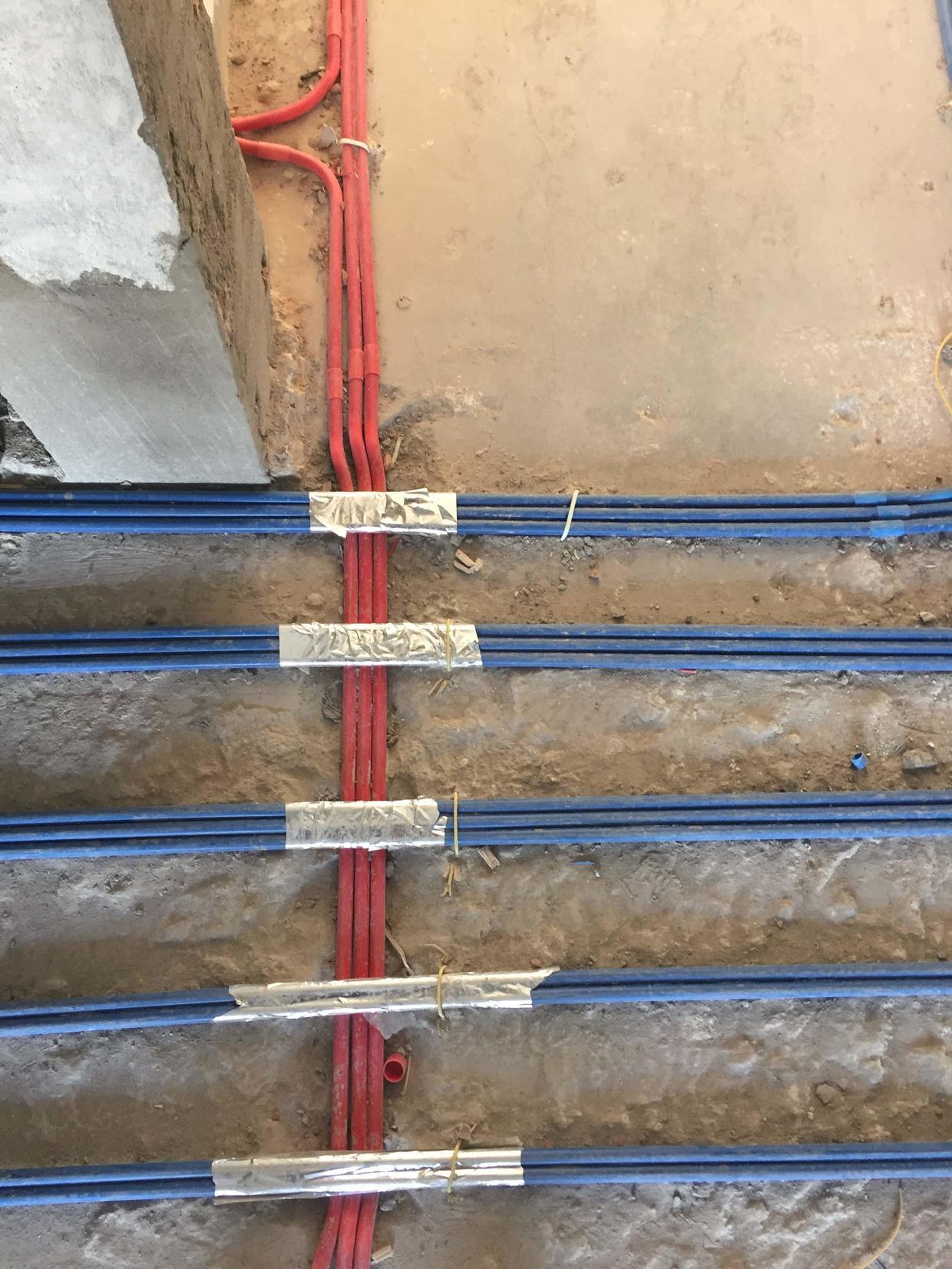 3,水电施工时,当水电路的线路需要交叉时,一定要保证电路在上,水路在