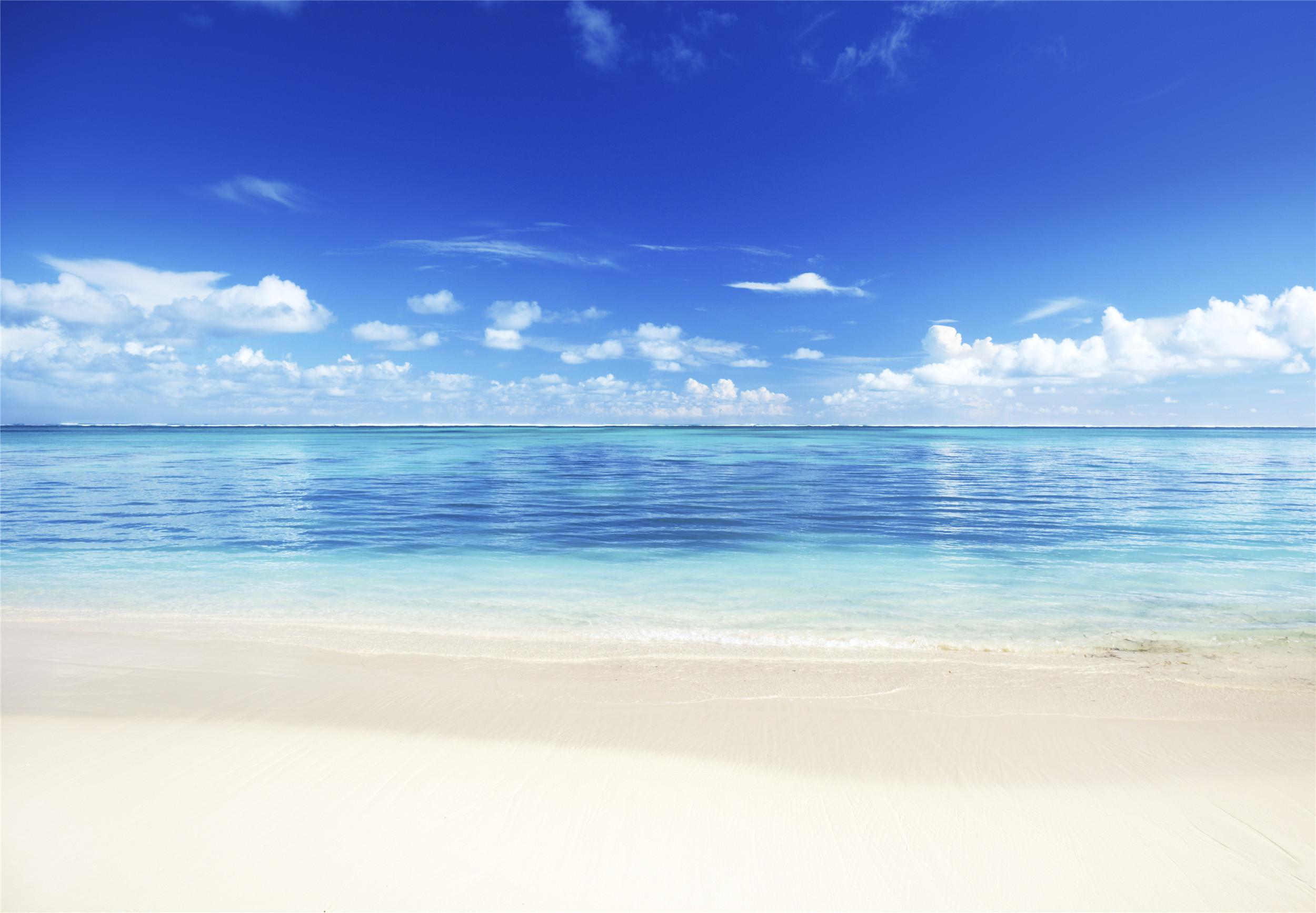 一道亮麗的風景線:藍色的天空,淺色的海水平靜,風景