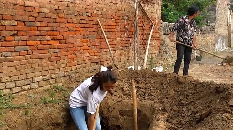 农村婆婆一早叫儿媳,让儿媳门前挖坑有用意,方便他人也方便自己
