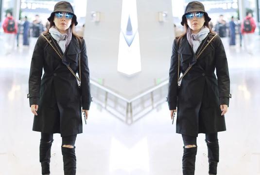 胖了的闫妮像变了个样,黑色大衣+破洞黑裤,像女老板