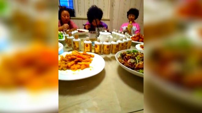 東北人吃飯就是牛 滿桌都是酒瓶圖片