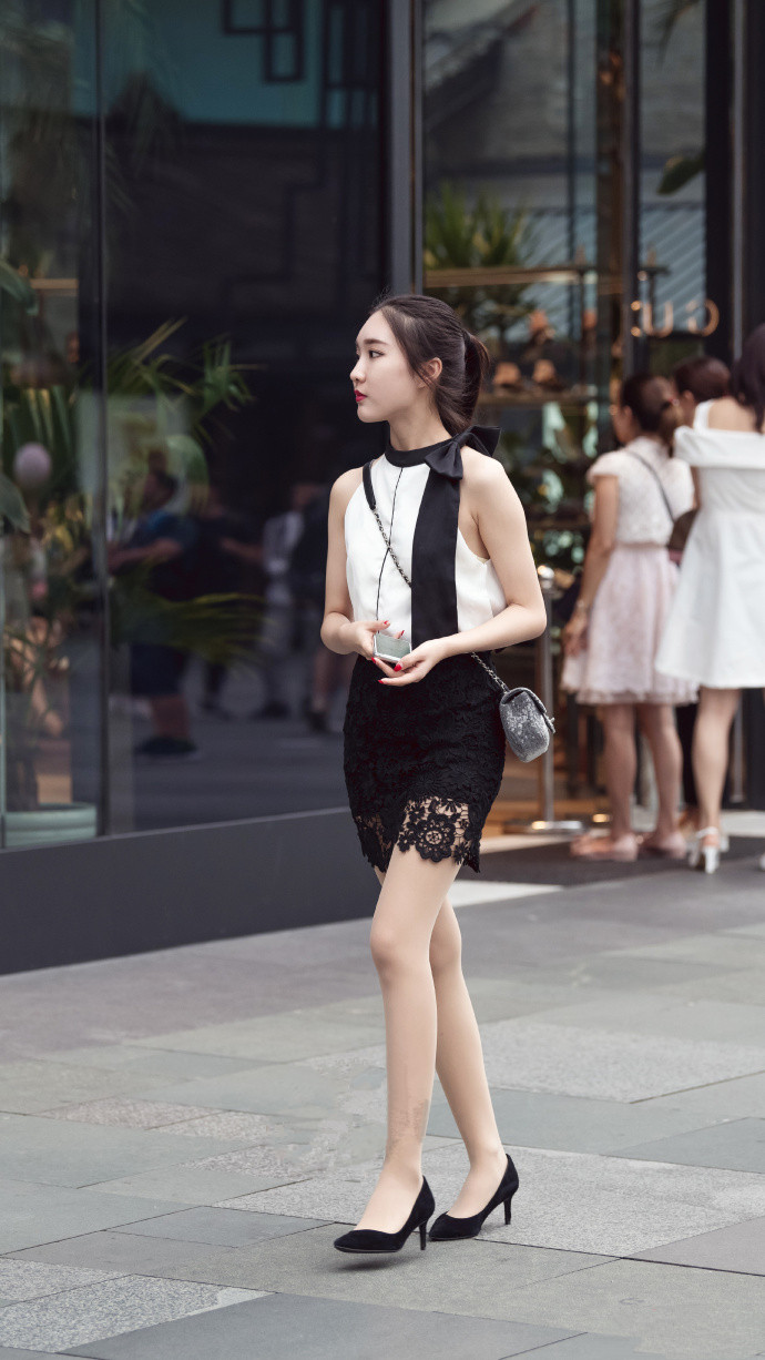 街拍:皮肤白皙的红唇美女,一袭深色长裙印花设计十分