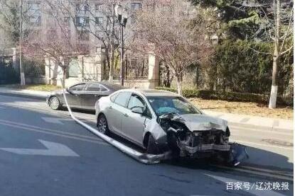大连一中学门前,轿车冲上人行道!连撞多车后带着路灯杆开出30米