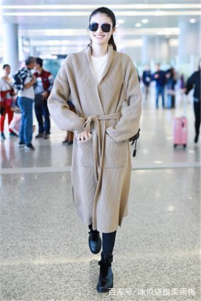 何穗街拍:驼色针织开衫搭配短靴,lv包袋经典时髦