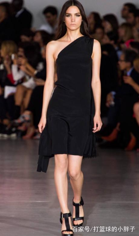 穿搭秀:时装模特聚光灯下超美的时尚走秀,十分抢眼动人