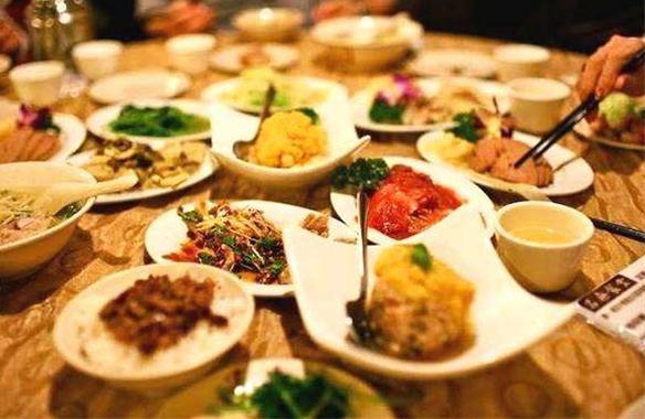 饭局的礼仪:领导邀请你点餐,别总笑呵呵地接过菜单,要懂点礼仪