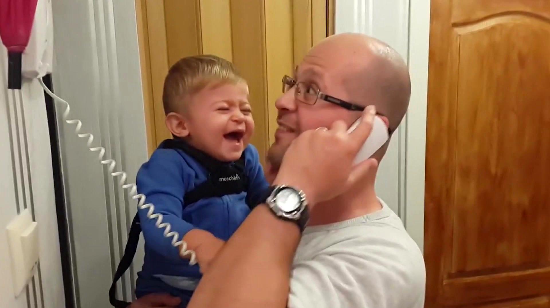 爸爸一打电话宝宝就笑,一放电话就停,接下来的画面,宝宝萌翻了