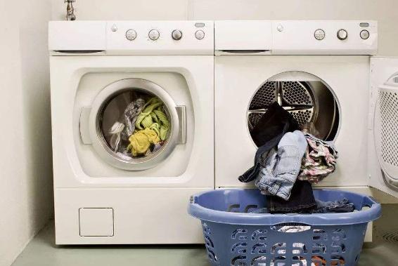 """洗衣服时,到底该加""""洗衣粉""""还是""""洗衣液""""?原来我搞错好多年"""