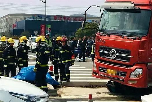 人间惨剧,母女3人斑马线等待过马路,水泥车直接碾压致2死1伤