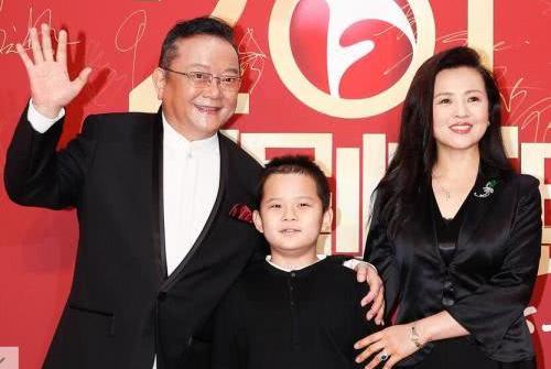 王刚70岁大寿,全家福流出,三次婚姻,外孙比儿子仅小1岁