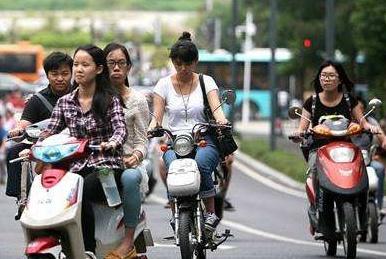 专家:电动车不带脚踏板危险一律不能骑!车主:带脚踏板就安全?