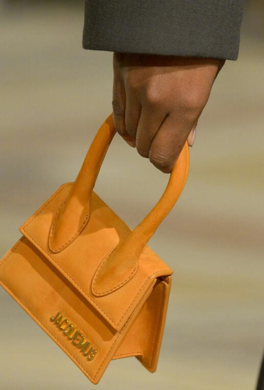 连手机口红都装不下的超迷你包包,凭什么要女星爱不释手?